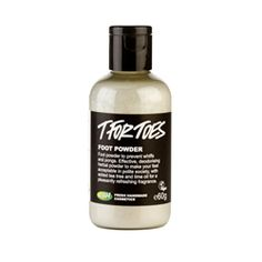Unser bestes Fußpuder! Die Bakterien, die auf deinen Füßen leben, haben es in deinen Schuhen angenehm, warm und feucht; sie vermehren sich wie die Karnickel und produzieren unangenehme Gerüche. Besiege sie mit essentiellem Teebaum- und Limonenöl! Dämme das Schwitzen mit Schachtelhalm und Walnussblättern ein; und absorbiere Feuchtigkeit mit Bicarbonat. Streu diesen Puder auf deine Füße und in deine Schuhe!