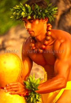 Traditional male Hawaiian Kahiko hula dancer with Ipu drum, Maui, Hawaii Mahalo Hawaii, Hawaii Hula, Maui Hawaii, Hawaii Travel, Polynesian Islands, Hawaiian Islands, Polynesian Men, Hawaiian Dancers, Hawaiian Art