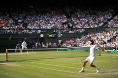 Milos Raonic and Roger Federer during their Semi-final match on Centre Court - Chris Raphael/AELTC - 2014