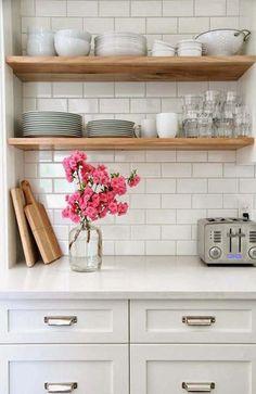 Já pensou em deixar seus utensílios e alimentos à mostra na cozinha? As prateleiras e armários abertos podem ser usados tanto em todo o ambiente quanto em