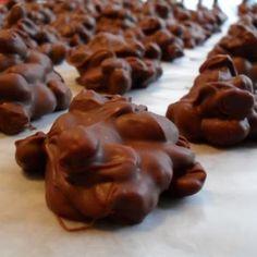Crockpot Peanut Clusters @keyingredient #crockpot #chocolate