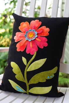 Patchwork pillow flower cushions ideas for 2019 Motifs Applique Laine, Applique Pillows, Wool Applique Patterns, Sewing Pillows, Felt Applique, Wool Pillows, Diy Pillows, Applique Quilts, Decorative Pillows