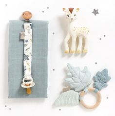 Discover recipes, home ideas, style inspiration and other ideas to try. Handmade Baby, Diy Baby, Handmade Toys, Baby Shower Gifts, Baby Gifts, Stoff Design, Kit Bebe, Sewing To Sell, Pacifier Holder