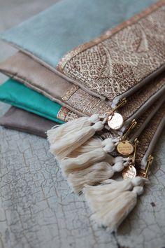 Madame Zouzou — Pochette *PRAIA* vert d'eau Bildungsniveau in Großbritannien Fabric Handbags, Fabric Bags, Diy Clutch, Clutch Bag, Handmade Handbags, Handmade Bags, Pochette Portable Couture, Pochette Diy, Dopp Kit