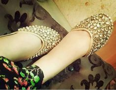 Kundan khussa is traditional footwear. The trend of khussa is peek in fashion in any time. Bridal Shoes, Wedding Shoes, Red Colour Dress, Indian Shoes, Punjabi Fashion, India Fashion, Latest Fashion, Beautiful Sandals, Pump Shoes