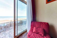 Un grand lit (ou 2 lits sur demande) en mezzanine et un canapé 2 places ou 2 fauteuils qui se déplient au rez de chaussée,  Salle de bain avec baignoire balnéo (9h-21h) et toilettes séparées.  Accès direct sur la terrasse (non privative) de notre bar vue mer.