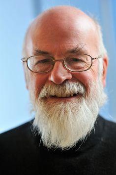Sir Terry Pratchett. Gracias por amenizar mi vida con tu pluma. Espero que tu despedida sea dulce...