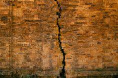 mur fissuré du plus vieux temple pré-angkorien