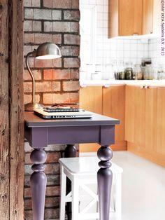 Masa pentru laptop ISALA are o poliță din metal perforat, care permite circulația aerului și previne supraîncălzirea laptopului.  www.IKEA.ro