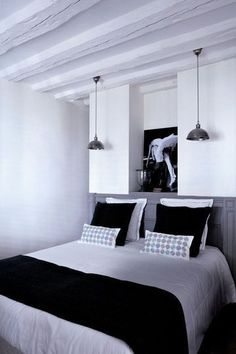 Black and white bedroom / chambre noire et blanche | More photos http://petitlien.fr/chambrepoutres