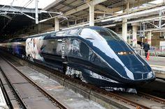 新潟へ向け出発する「現美新幹線」=12日午前11時17分、JR大宮駅、時津剛撮影