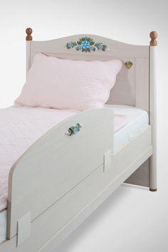 Cilek Flora Absturzsicherung Damit auch die kleinsten Prinzessinnen bei ihren nächtlichen Traumreisen durch Märchenschlösser nicht aus dem Burgturm fallen, können die Betten der Flora Möbelkollektion von Cilek mit dieser...
