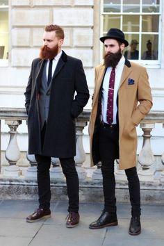 Comprar ropa de este look: https://lookastic.es/moda-hombre/looks/abrigo-largo-blazer-camisa-de-vestir-vaqueros-pitillo-botas-sombrero-corbata-panuelo-de-bolsillo-tirantes/5995 — Sombrero de Lana Negro — Camisa de Vestir Blanca — Pañuelo de Bolsillo Estampado Azul Marino — Corbata Estampada Morado — Botas de Cuero Negras — Vaqueros Pitillo Negros — Abrigo Largo Marrón Claro — Tirantes Marrónes — Blazer Azul Marino