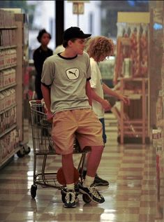 Leonardo DiCaprio grocery shopping in Los Angeles, 1998 Hollywood Street, Hollywood Actor, Hollywood Actresses, Leonardo Dicaprio Funny, Leonardo Dicapro, Young Ones, Celebs, Celebrities, Celebrity Crush