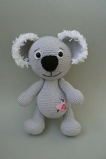 This pretty little Koala bear is waiting for being made. You can get here the written pattern for this cute Koala bear. It is wittern pattern and it is easy-to-follow.