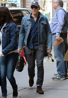 The Man With The Double Denim: Daniel Craig and Rachel Weisz show they're in sync as they step out for lunch in matching jackets Daniel Craig Rachel Weisz, Daniel Craig Style, Daniel Craig Skyfall, Daniel Craig James Bond, Old Man Fashion, Mens Fashion Suits, Men's Fashion, Daniel Graig, Swag Style