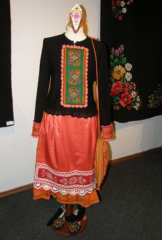 Muhu rahvarõivad / Folk costumes, island Muhu, Estonia, photo by Priit Halberg, pitsimeister, via Flickr. http://www.flickr.com/photos/perignon/3448465170/in/set-72157603974023750/