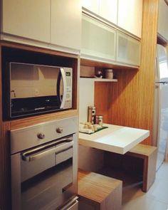 Cozinha para inspirar ✨ Muitas pessoas querem uma bancada pequena na cozinha para fazer pequenas refeições e na minha opinião essa é uma das mais charmosas que já vi