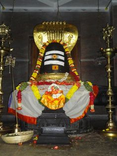 ******* Prayanika - The Journey *******: Hill Temples Of Bangalore -2 : Omkar Hills - Dwadasha Jyotirlinga Temple  the Omkareshwara Jyotirlinga measuring around 6 Feet in height, occupies the place of pride with Spatika Shree Yantra, at the centre of the temple, encircled by the other Eleven Jyotirlingas. This is the Main Jyotirlinga of this temple.