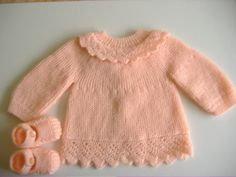 Une brassière orange en rangs raccourcis agrémentée d'une dentelle et d'une collerette, petits chaussons assortis - Taille 3 mois - Aiquille n°3 Modèle phildar Baby Sweater Knitting Pattern, Baby Knitting, Pull Bebe, Baby Sweaters, Tutu, Orange, Pullover, Blog, Diy Crafts