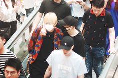 """taekook looking like the sweetest boyfriends at the airport is my favorite concept"" Jimin Jungkook, Bts Bangtan Boy, Bts Taehyung, Taekook, Namjin, Foto Bts, Yoonmin, Seokjin, Jin Park"