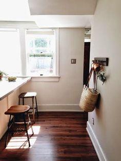 Dunkler Boden, helle Küche und Wand.