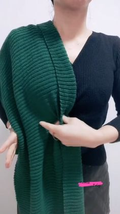How To Wrap Scarves, Ways To Wear A Scarf, Scarf Wearing Styles, Scarf Styles, Diy Clothes Life Hacks, Clothing Hacks, Diy Fashion Hacks, Fashion Outfits, Diy Scarf