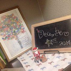 こちらも玄関の一角٩꒰ ꇐω ꇐ๑꒱۶ * * #インテリア #とみーインテリア #玄関 #クリスマス #雑貨 #プレイモービル #サンタさん #黒板 #ブラックボード #額 #木梨憲武さんの絵 #christmas #Interior #playmobil #santaclaus #blackbord