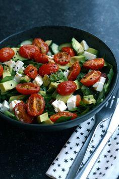 Salat med hvidløgsbagte cherrytomater
