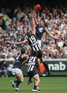 Matthew Kreuzer and Collingwood's Josh Fraser contest the ruck during the 2008 Round 4 match at the MCG.