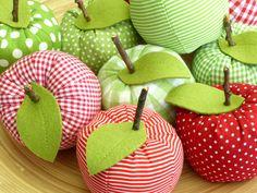 **Ein süßer Deko-Apfel - Stoffwahl**  ★ Genäht aus verschiedenen Baumwollstoffen. ★ Das Blatt ist aus einem grünen Wollfilz ★ Mit einem kleinen getrockneten Zweig ★ Wählen Sie Ihren...