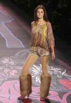 Modeschau New York, Pelzstiefel, Miss Sixty  - Fashion Week New-York: Herbst-Winter 2008-2009 - Wilder 80er Jahre Look mit viel Glitter. Die absolute Krönung: kniehohe Pelzstiefel mit Pfennigabsätzen!