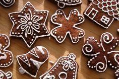 Vánoční perníčky, které jsou hned měkké ozdobené polevou z bílků. Recept na polevu z bílků. Návod na zdobení vánočních perníčků. Skvělé vánoční cukroví. Cosy Christmas, Christmas Candy, Christmas Baking, Christmas Cookies, Winter Activities For Kids, Biscotti, Cookie Decorating, Gingerbread Cookies, Food Art
