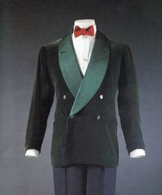 Dark green narrow wale corduroy, double-breasted roll lapels, turnback cuffs, and Beaufort Hunt buttons.  Made for the Duke of Windsor by Frederick Scholte, London, 1949.