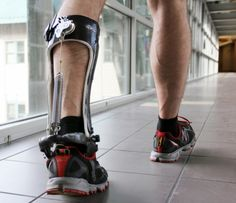 Este Exo-Esqueleto disminuye la energía necesaria para Caminar, no requiere baterías.