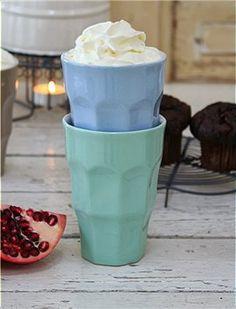 Retro Becher Schöne Retro Becher aus Keramik in vier verschiedenen Farben. Die handbemalten Becher sind Spülmaschinen- und Mikrowellen geeignet.