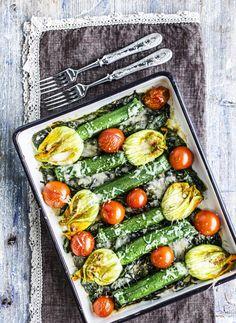 Täytetyt kesäkurpitsan kukat mangoldipedillä, resepti – Ruoka.fi - Mozzarella and anchovy stuffed zucchini flowers
