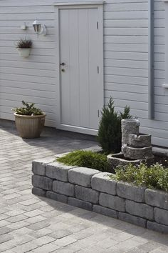 Her har rådhus mur rammet inn ett blomsterbed ved inngangspartiet med rådhus beleggningstein. Outdoor Rooms, Outdoor Gardens, Scandinavian Garden, Garden Steps, Outdoor Landscaping, Outdoor Projects, Dream Garden, Garden Inspiration, Outdoor Lighting