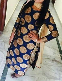 Brocade kurta with simple pants/ patiala/ palazzo and matching dupatta Indian Designer Suits, Indian Suits, Indian Attire, Indian Wear, Kurti Designs Party Wear, Kurta Designs, Blouse Designs, Punjabi Salwar Suits, Patiala