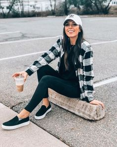 Outfits with hats, flannel outfits summer, casual outfits, cute outfits, cu How To Wear Flannels, Plaid Shirt Outfits, Komplette Outfits, Chill Outfits, Outfit Jeans, Outfits With Hats, Fashion Outfits, Leggings Outfit Summer Casual, Flannel Outfits Summer