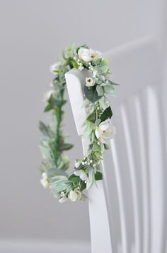 Simple Green & White Flower Crown Bridal Flower Crown with green leaves and white flowers. Such a simple bridal look that would match any bride hairstyles. Would look great on bridesmaids too! Simple Flower Crown, White Flower Crown, Flower Crown Bride, Floral Crown Wedding, Flower Tiara, Flower Crown Headband, Bride Flowers, Flower Headpiece, Bridal Crown