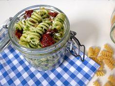 Nudelsalat, Feldsalatpesto, getrocknete Tomaten, vegetarisch, Rezept, im Glas, Blog