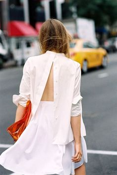 Kristina Bazan was snapped by street style photographer Vanessa Jackman wearing a backwards button down shirt. Looks Street Style, Looks Style, T-shirt Dos Nu, Backless Shirt, Kristina Bazan, Diy Vetement, Vanessa Jackman, All White Outfit, White Shirts