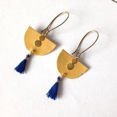 Boucles d'oreilles cuir moutarde et pompon bleu foncé