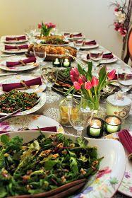 Davet sofralarının renk cümbüşleri güzelim salatalar/mezeler. Eskiler de yeniliklere bu kadar acık degildik galiba kliselesmis malzemeler...