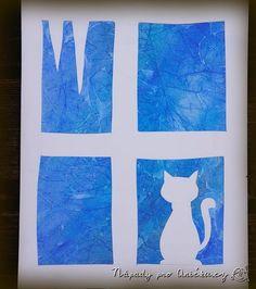 Tyto krásné mrazivé efekty docílíte velmi jednoduše. Pomalujete papír vodovkami, rychle ještě na mokrou kresbu připlácnete igelitový sáček - nejlépe trochu pomačkaný. Necháte zaschnout na topení a poté igelit strhnete. Z druhého papíru pak vystřihnete okýnko a nalepíte na nabarvený papír. Zimní tvoření vhodné pro předškoláky i školáky. Vytvořte takto třeba originální vánoční přání či novoročenky.