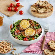 Découvrez la recette Salade gourmande de chèvre chaud, tomates, roquette et jambon cru. Une recette avec du fromage/lait de chèvre proposée par Soignon ! Goat Cheese, Camembert Cheese, Parma Ham, Prosciutto, Arugula, Lchf, Dairy, Veggies, Healthy Recipes