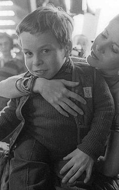 Carrie Fisher with an 11-year-old Warwick Davis on her lap #StarWars