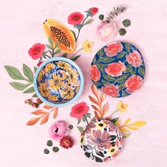 Platos pintados a mano por la artista chilena Josefina Jiménez (@jojimenez) Pottery, Ceramics, Deco, Tableware, Tips, Painting, Instagram, Hand Painted Plates, Hand Painted Pottery