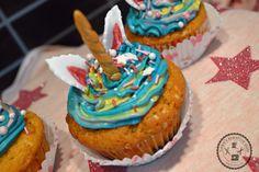 Sei immer du selbst! Es sei denn du kannst ein Einhorn sein! So oder so ähnlich haben es sich die Cupcakes auch gedacht die mit einer Regenbogen-Buttercreme entstanden sind.